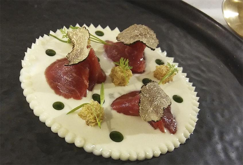 Uno de los platos más llamativos del menú, la presa ibérica en láminas con suero de cebolleta y trufa. Foto: Cosasdecome