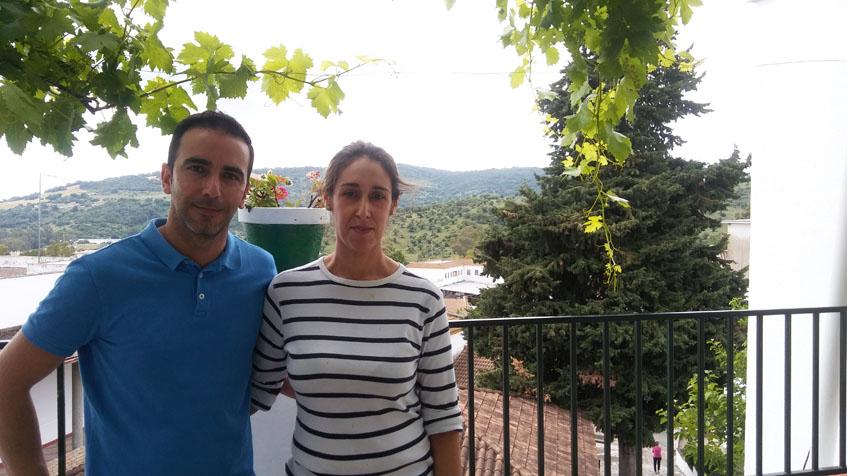 La cocinera Elizabeth Vargas, autora de esta receta, junto a su marido Raúl Corrales, con el que comparte la gerencia del bar Peña Albarracín de El Bosque. Foto: Cosasdecome