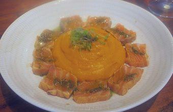 El tataki de salmón con salmorejo de Arrebol