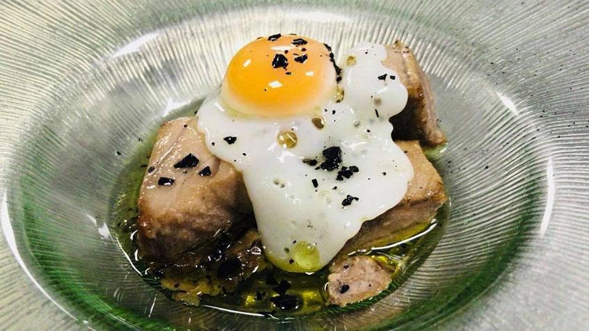 Los tacos de ventresca de atún on huevo y trufa. Foto: Cedida por La Marmita.