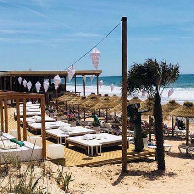 El chiringuito está en la playa de La Barrosa.