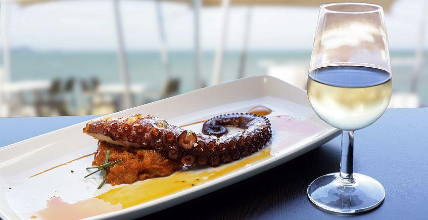 """Una guía recoge las tapas """"imprescindibles"""" de Cádiz para tomar con un vino de Jerez"""