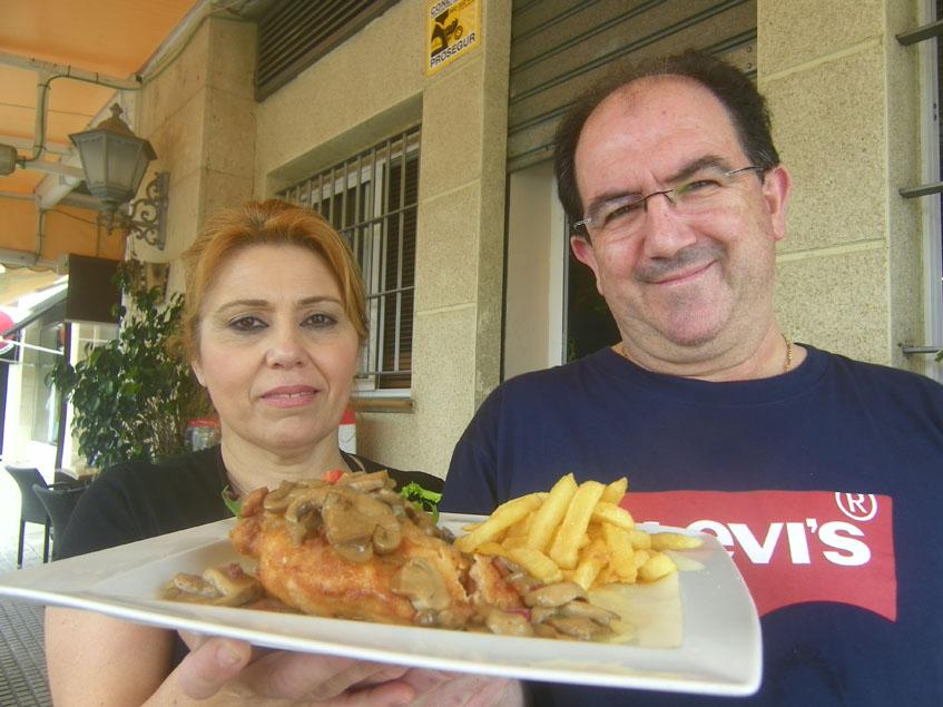 Antonio Roja con el Aneto que sirven en el Mesón Los Gavilanes. A su lado su pareja y la cocinera que lo elabora actualmente, Ana Rosado. Foto: Cosasedecome.