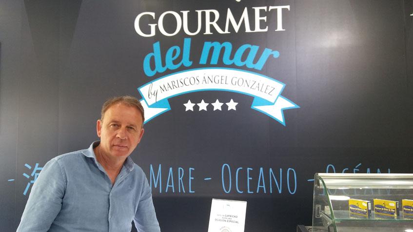 Angel González en la zona de la tienda dedicada a las conservas y salazones. Foto: Cosasdecome