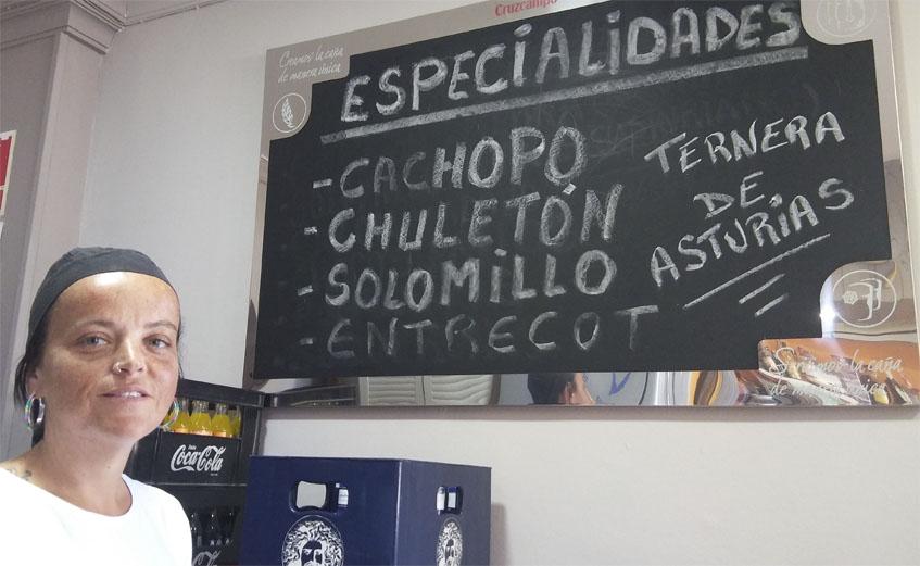 Angela Martín Pardo se encarga de preparar los cachopos de La Terracina Asturiana. Foto: Cosasdecome