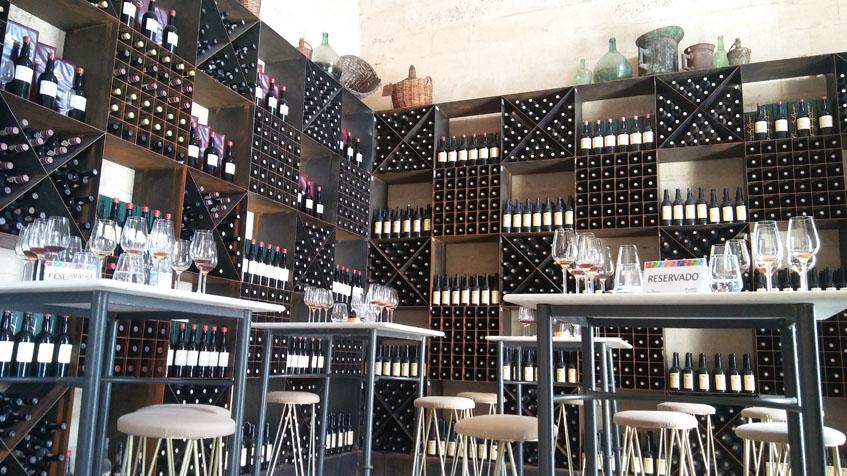 Imagen de El Botellero de González Byass. Las paredes tienen grandes estanterias donde reposa la colección de vinos históricos. Foto: Cosasdecome