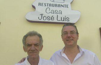 Francisco Andrades y Sergio Vázquez a las puertas del establecimiento. Foto: Cosasdecome