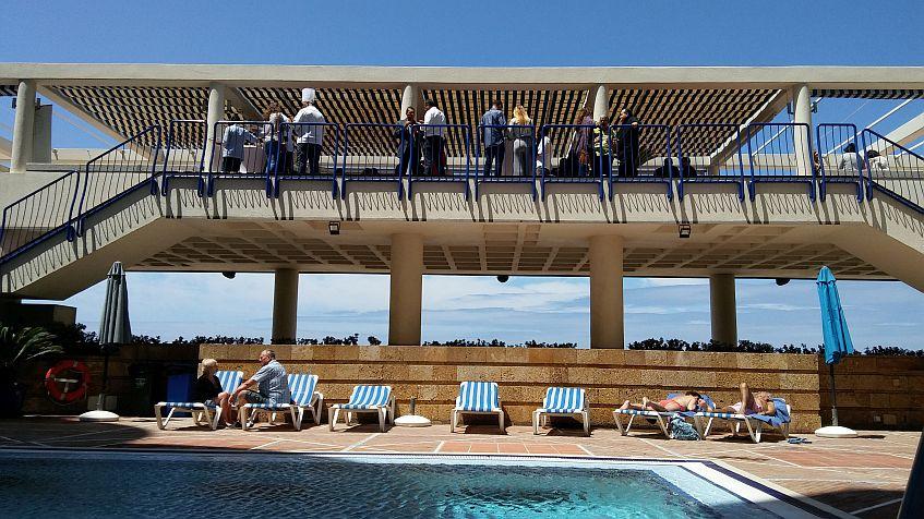 La presentación se realizó en la planta situada sobre la piscina.