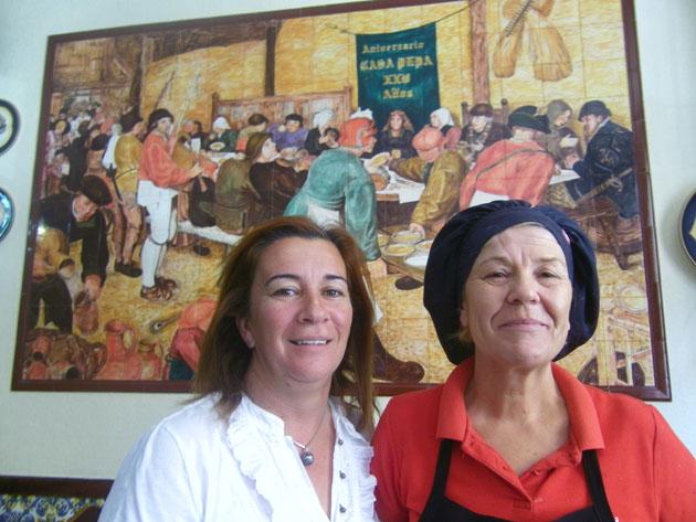 Remedios Zambrana de Casa Pepa con la cocinera Isabel Maria Zambrana, que es la que elabora el plato. Foto: Cosasdecome