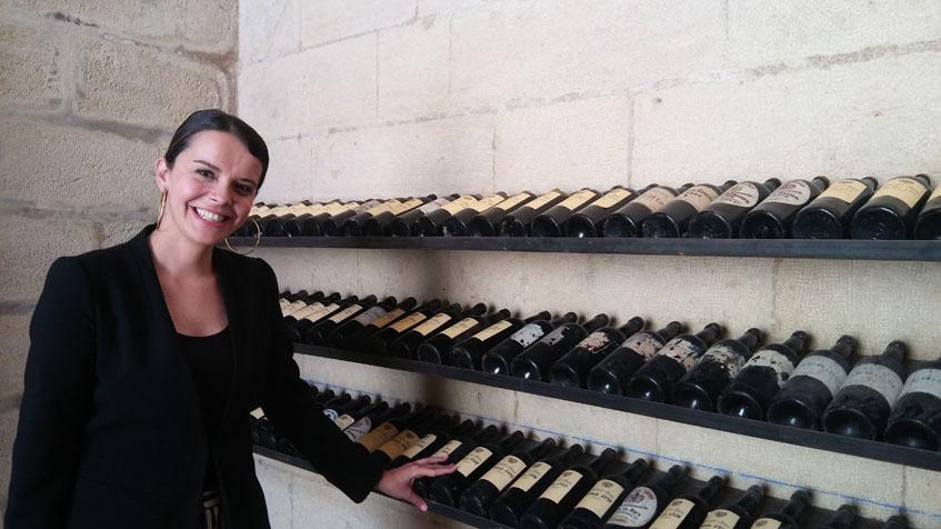 """Silvia Flores en la zona que alberga las botellas más antiguas de """"El Botellero"""". Foto: Cosasdecome"""