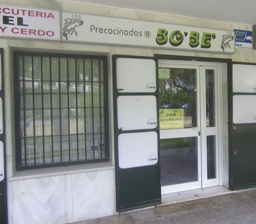 Vista extrior de Precocinados Bobe, una carnicería situada en la urbanización El Almendral y que se hizo famosa en los años 80 del siglo XX por comercializar varios tipos de empanados, uno de los más populares era el Aneto. Aún lo siguen teniendo. Foto: Cosasdecome.