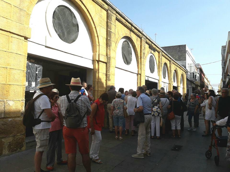 La fachada del mercado, durante una visita. Foto de Turismo de Puerto Real.