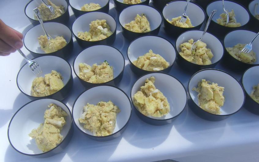 Las papas aliñás elaboradas con paté allec de boquerones. Foto: Cosasdecome