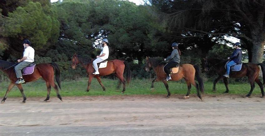 Participantes en una de las rutas a caballo. La foto es de la empresa Senderalia.