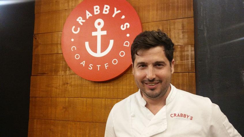 El cocinero y propietario del establecimiento, Carlos Juarez, en el comedor de su bar. Foto: Cosasdecome