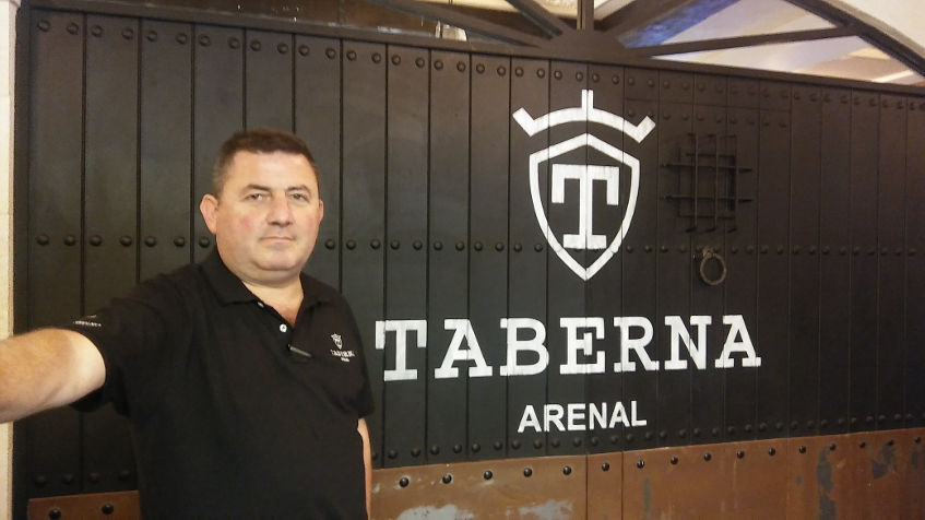 Juan Pino, uno de los propietarios, delante del logotipo del nuevo establecimiento. Foto:  Cosasdecome