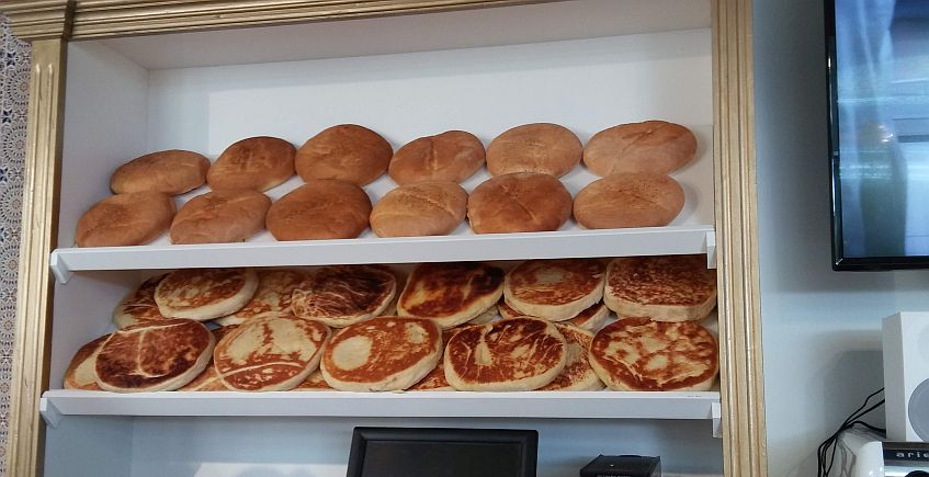Los panes: arriba, hecho al horno, y abajo, a la plancha.