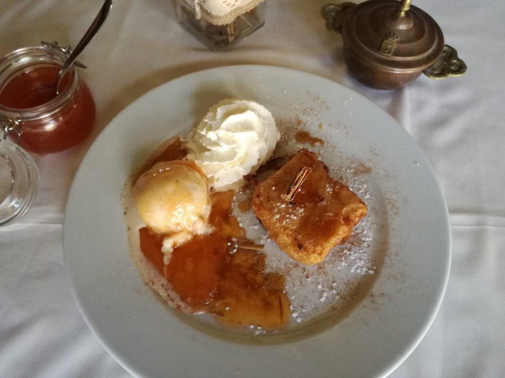 3. Mesón Machín. Leche frita con helado de vainilla y mermelada.
