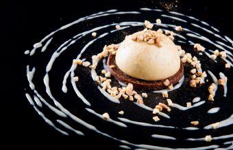 4.Venta La Duquesa. praliné de avellanas con chocolate, mousse de alfajor y baño de crema de anís y alfajor.
