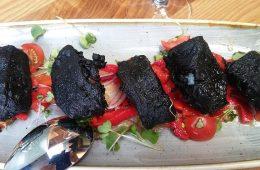 Carbones de bacalao sobre lecho de pimientos asados de Bongó