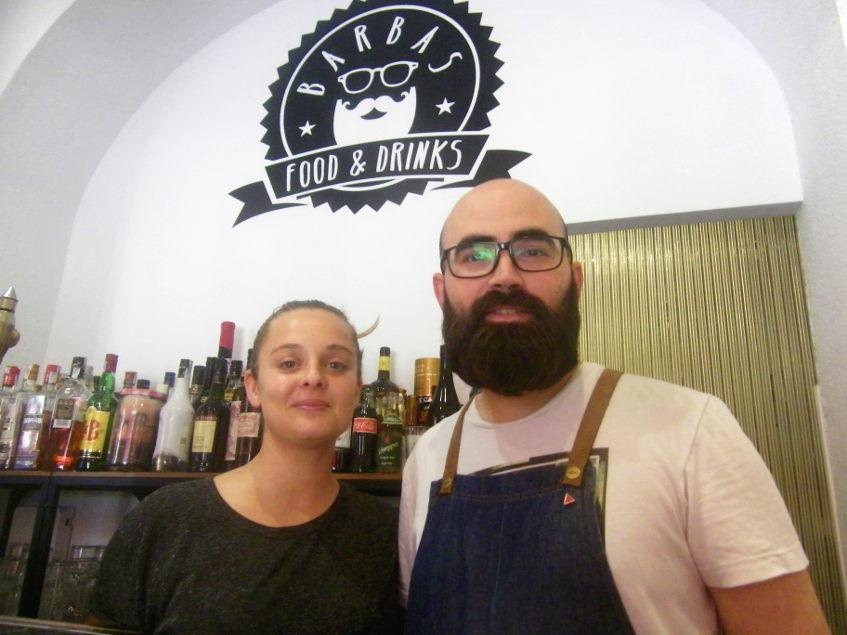Cristina Jiménez y Jesús Martín en su establecimiento de La Línea. Foto: Cosasdecome