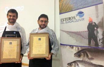 Enrique Sánchez y Pepe Monforte reciben los premios de la Cofradía de los Esteros de San Fernando. La foto es cedida por el blog Cuarto y Mitá