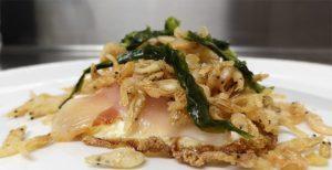 Los huevos fritos con papada, camarones fritos y algas. foto: Cosasdecome