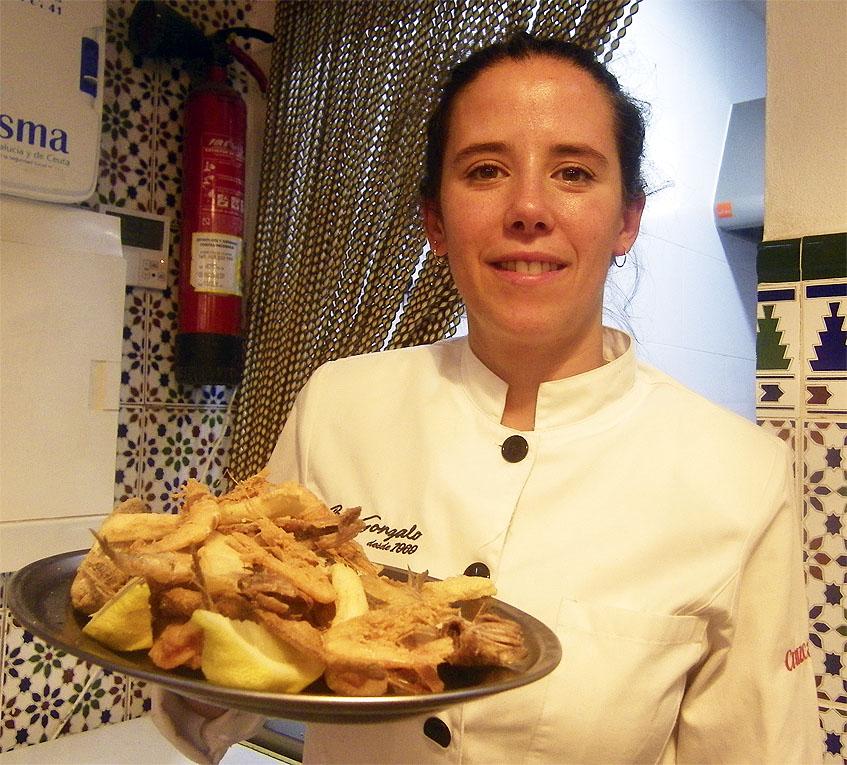 Lorena Ganaza con una fuente de pescado frito en el bar Gonzalo de El Puerto de Santa María. Foto: Cosasdecome