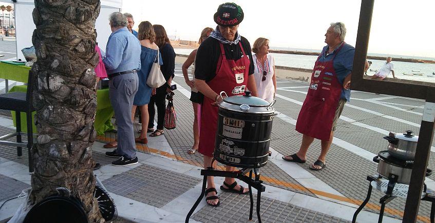 Pedro María, en plena elaboración del guiso.
