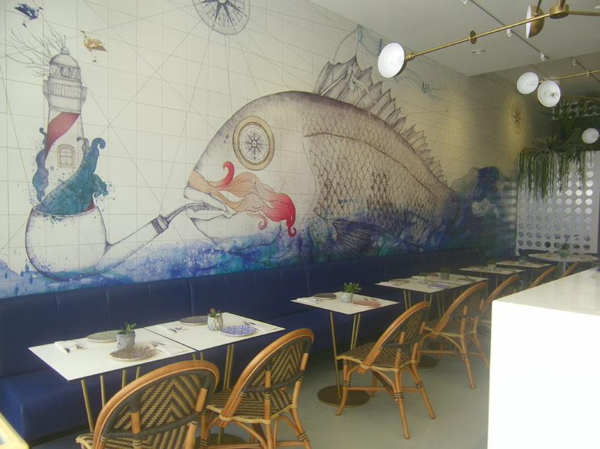 La pared de Bocinegro está presidida por una gran pintura que representa un pescado de roca. foto: Cosasdecome