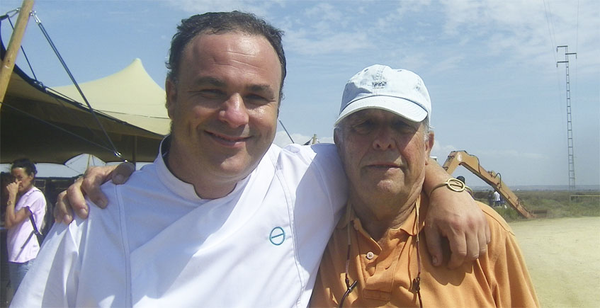 Angel León junto a su padre. Foto: Cosasdecome