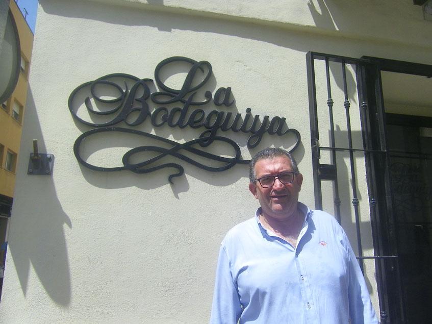 David Delgado, el actual propietario de La Bodeguiya a las puertas de su establecimiento. Foto: Cosasdecome