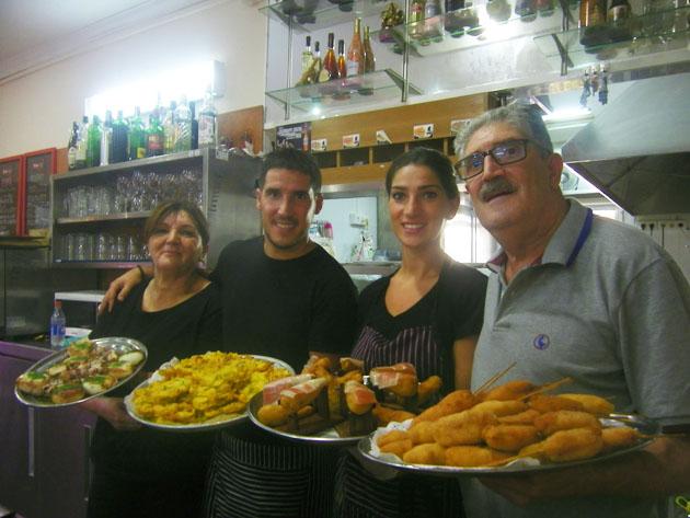 La familia Trujillo regenta el bar Carlos y Eduardo. Foto: Cosasdecome