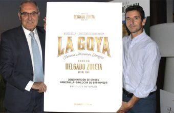 Jorge Pascual, gerente de las bodegas Delgado Zuleta junto a Raúl Reguera, de la agencia Ideólogo, que se ha encargado de diseñar la nueva etiqueta de La Goya. Foto: Cosasdecome