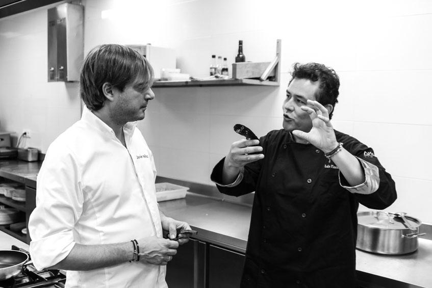 Los cocineros Javier Muñoz y Lalo Plasencia durante la preparación de la cena. Foto: Cedida por La Carboná