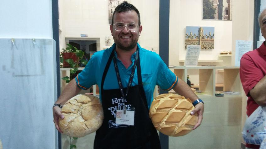Paco García, de Pan y Picos Sidonia con dos piezas de pan de las que elabora su panadería. Foto: Cosasdecome