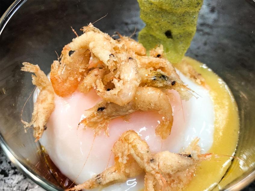 Los camarones fritos sobre huevo ahumado, la tapa que servirá El Faro de El Puerto en las jornadas. Foto: Cedida por la organización.