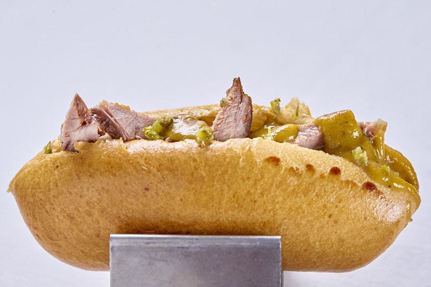 La versión renovada del bocadillo de carne mechá. Foto: Julio González para el restaurante El Faro.