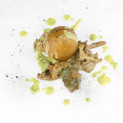 Buñuelo de queso pajarete, duxelle de chantarellas y mojo de hierbas