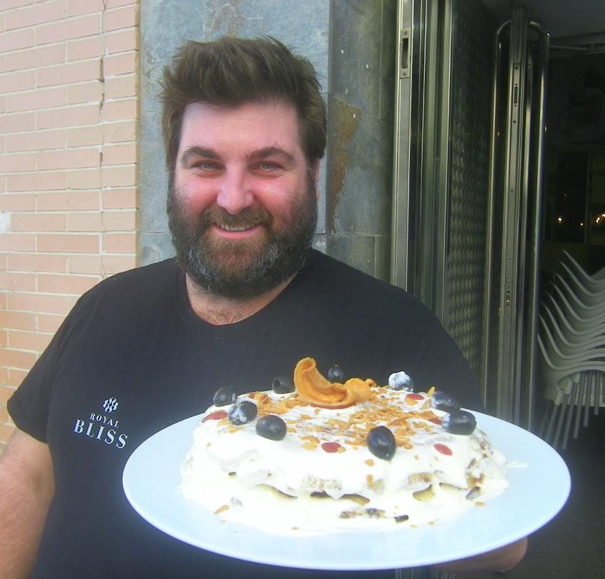 Emilio Cueto con su pastel de tortilla o tortillida, la tortilla de ensaladilla. Foto: Cosasdecome.