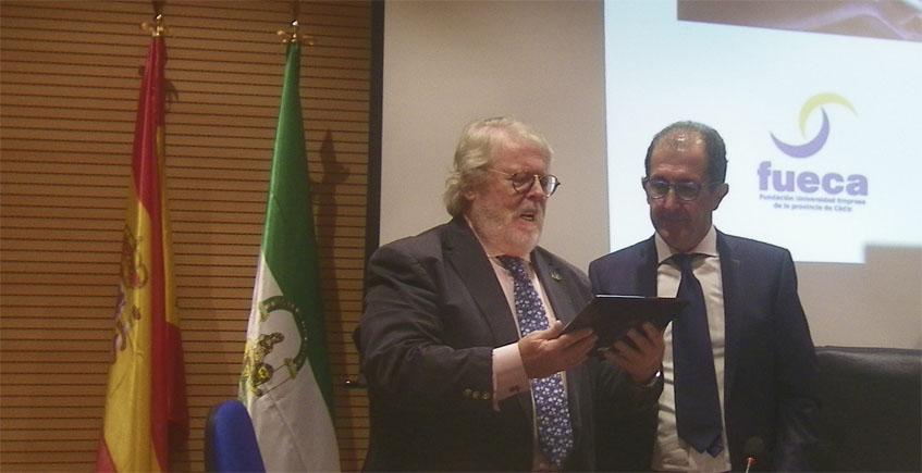 Fernando Córdoba recibe de Antonio Arcas la distinción de la Universidad al grupo El Faro. Foto: Cosasdecome