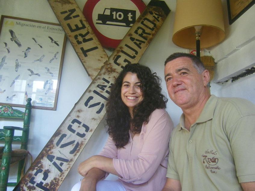 Isabel Delgado y su padre Gabriel en uno de los comedores, decorado con antiguas señalas de tráfico. Foto: Cosasdecome