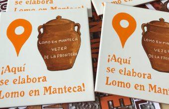 Azulejos que indicarán donde se vende auténtico lomo en manteca en Vejer.