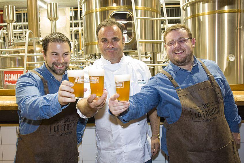 Ángel León, con los maestros cerveceros. Fotos cedidas por Cruzcampo.