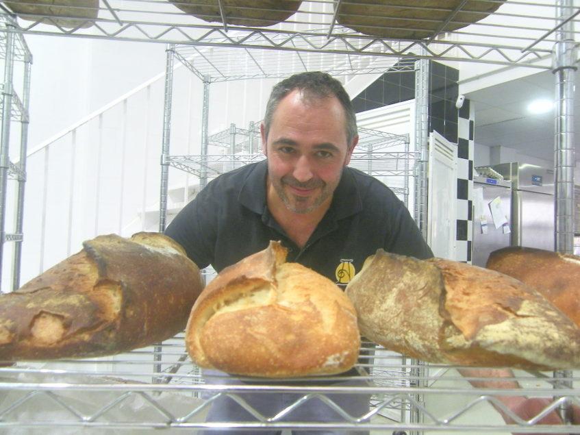 El maestro panadero Paco Ruiz Salguero con algunos de sus panes. Foto: Cosasdecome
