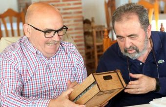 Pepe Melero recibe de manos del presitente del Grupo Gastronòmico Gaditano el nombramiento de socio de honor de la entidad. Foto: Cedida por el Grupo Gastronómico Gaditano