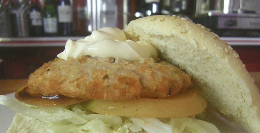 La hamburguesa de cazón en adobo, la propuesta más llamativa de Majareta Franklin. Foto: Cosasdecome