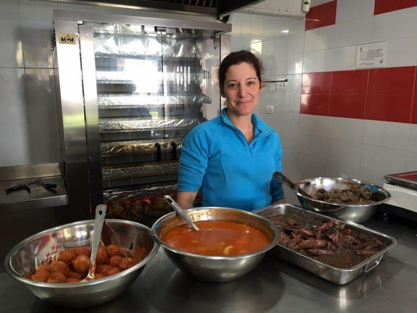 Mari Carmen Romero, junto a algunas de sus especialidades de cocina casera. Foto: CosasdeComé