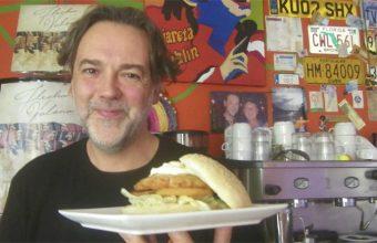 Juan Manuel Soto con su original hamburguesa de cazón en adobo. Foto: Cosasdecome