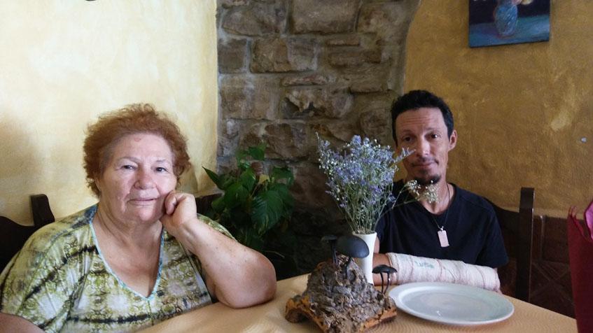 Pepa Herrera y su hijo Luis Gómez en una mesa del restaurante. Foto: Cosasdecome